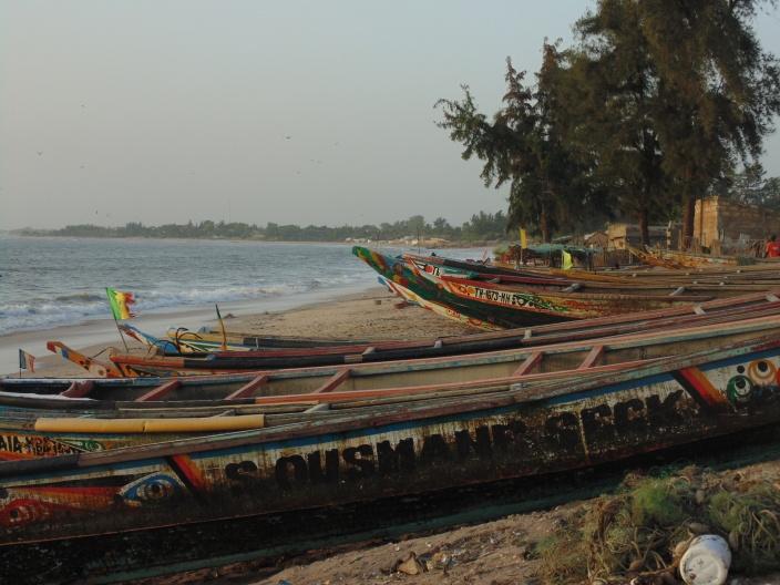 Pirogues de pêcheurs sur la plage de Nianing - sénégal